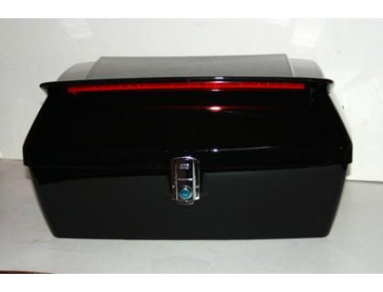 Задний кофр для мотоцикла черного цвета с багажником и спойлером.
