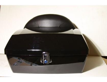 Задний пластиковый кофр черного цвета со спинкой для мотоцикла.