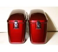 Боковые пластиковые кофры красного цвета для мотоцикла.