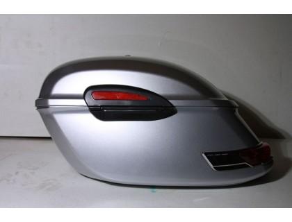 Серебристые боковые пластиковые кофры модели RS для мотоцикла