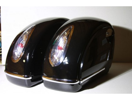 Боковые пластиковые кофры для мотоцикла, черные с белыми фонарями. Дизайн MUTAZU
