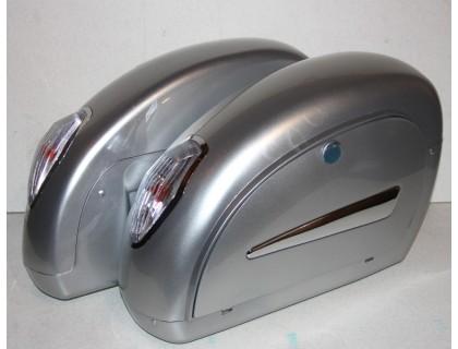 Боковые серебристные кофры для мотоцикла, модели LN с белыми фонарями.