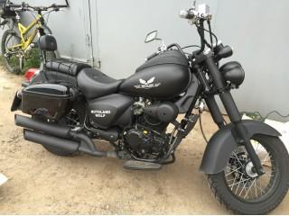 Черные кофры LW SIDE BLACK на черном мотоцикле