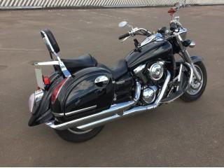На мотоцикле стоят боковые кофры MU SIDE BLACK