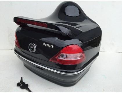 Задний малый пластиковый кофр черного цвета для мотоцикла или скутера.