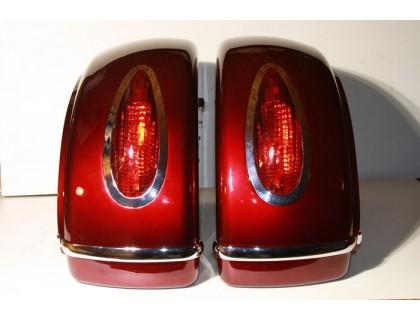 Боковые пластиковые кофры для мотоцикла красные с красными фонарями. Дизайн MUTAZU