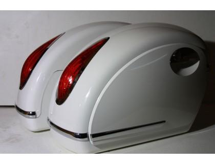 Боковые пластиковые кофры для мотоцикла, белые с красными фонарями. Дизайн MUTAZU