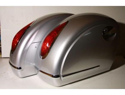Пластиковые кофры для мотоцикла, боковые серебристые с красными габаритными фонарями. Дизайн MUTAZU