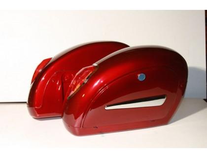 Боковые пластиковые кофры для мотоцикла с красными габаритами. Цвет красный.