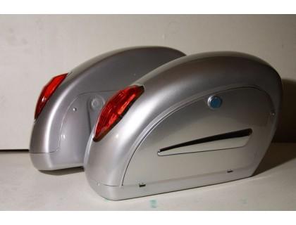 Серебристые боковые пластиковые кофры для мотоцикла с красными габаритами, модель LN