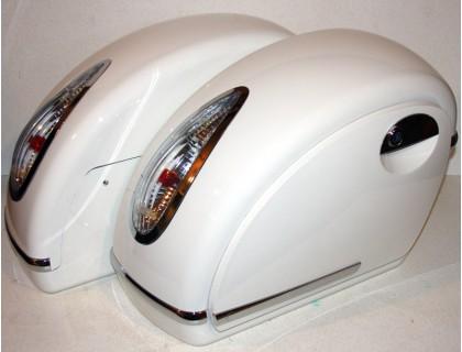 Боковые пластиковые кофры для мотоцикла белые с белыми габаритными огнями. Дизайн MUTAZU